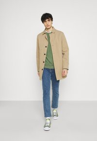Selected Homme - SLHBUDDY CREW NECK - Maglione - vineyard green - 1