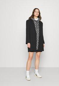 Calvin Klein Jeans - LOGO AOP OVERSIZED DRESS - Kjole - black/white - 1