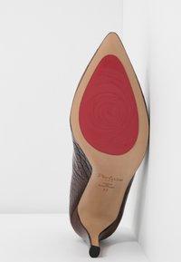 PERLATO - Classic heels - jamaika cognac - 6