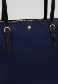 Lauren Ralph Lauren - KEATON TOTE-SMALL - Handbag - navy - 6