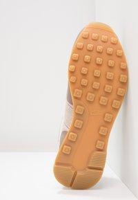 Nike Sportswear - INTERNATIONALIST - Trainers - sepia stone/sail/sand/light brown - 5