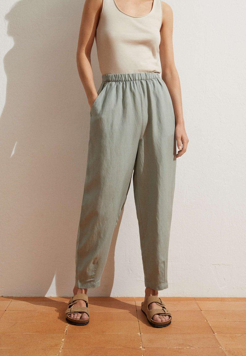 OYSHO - MIT LEINENANTEIL - Trousers - light green