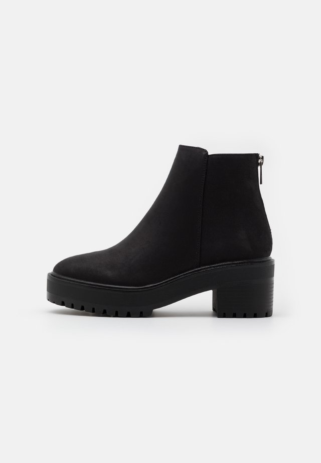 VMMELBA WIDE FIT - Botines bajos - black/plain