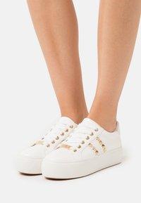 Steve Madden - ESCALA - Sneakers laag - white - 0
