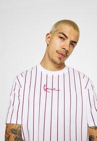Karl Kani - SMALL SIGNATURE UNISEX  - T-shirt con stampa - white - 3