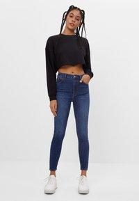 Bershka - MIT SEHR HOHEM BUND  - Jeans Skinny Fit - dark blue - 1