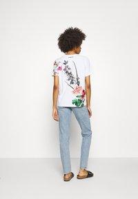 Desigual - YAIZA - Print T-shirt - blanco - 2