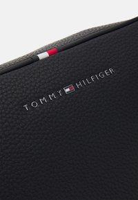 Tommy Hilfiger - ESSENTIAL WASHBAG - Toilettas - black - 4