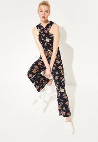 comma casual identity - MIT WICKEL-EFFEKT - Jumpsuit - marine floral print - 1