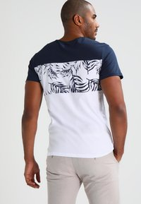 Pier One - T-shirt con stampa - navy/white - 2