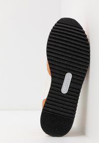 Lacoste - PARTNER PISTE - Sneakers laag - brown/offwhite - 4