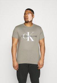 Calvin Klein Jeans Plus - SEASONAL MONOGRAM TEE - Print T-shirt - elephant skin / white - 0