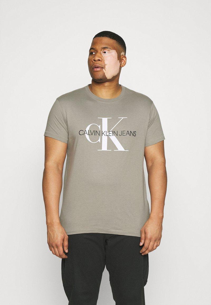 Calvin Klein Jeans Plus - SEASONAL MONOGRAM TEE - Print T-shirt - elephant skin / white
