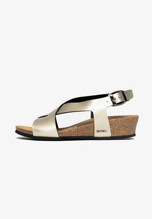 SALAMANQUE - Sandalen met sleehak - gold