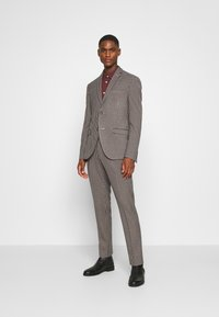 Isaac Dewhirst - BOLD VINTAGE CHECK SUIT - Garnitur - red check - 0