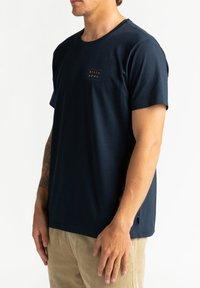 Billabong - DIE CUT THEME  - Print T-shirt - navy - 3