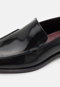 Walk London - ALEX APRON SLIP ON - Slip-ins - smooth black highshine - 5