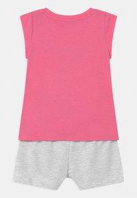 Converse - STAR CHEVRON RUFFLE SET - Print T-shirt - converse pink - 1