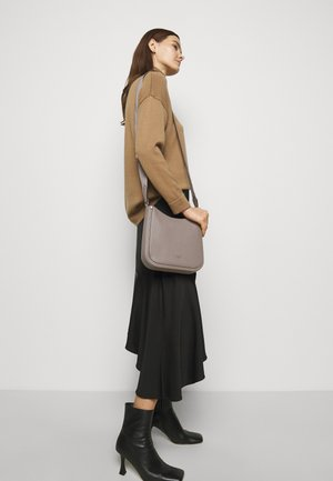 MEDIUM MESSENGER - Across body bag - warm taupe