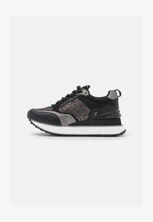 SELJE - Trainers - black