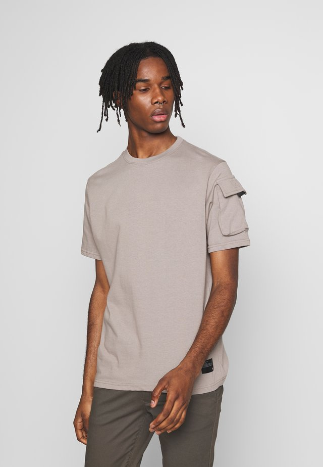 UTILITY SLEEVE POCKET - T-shirt con stampa - beige