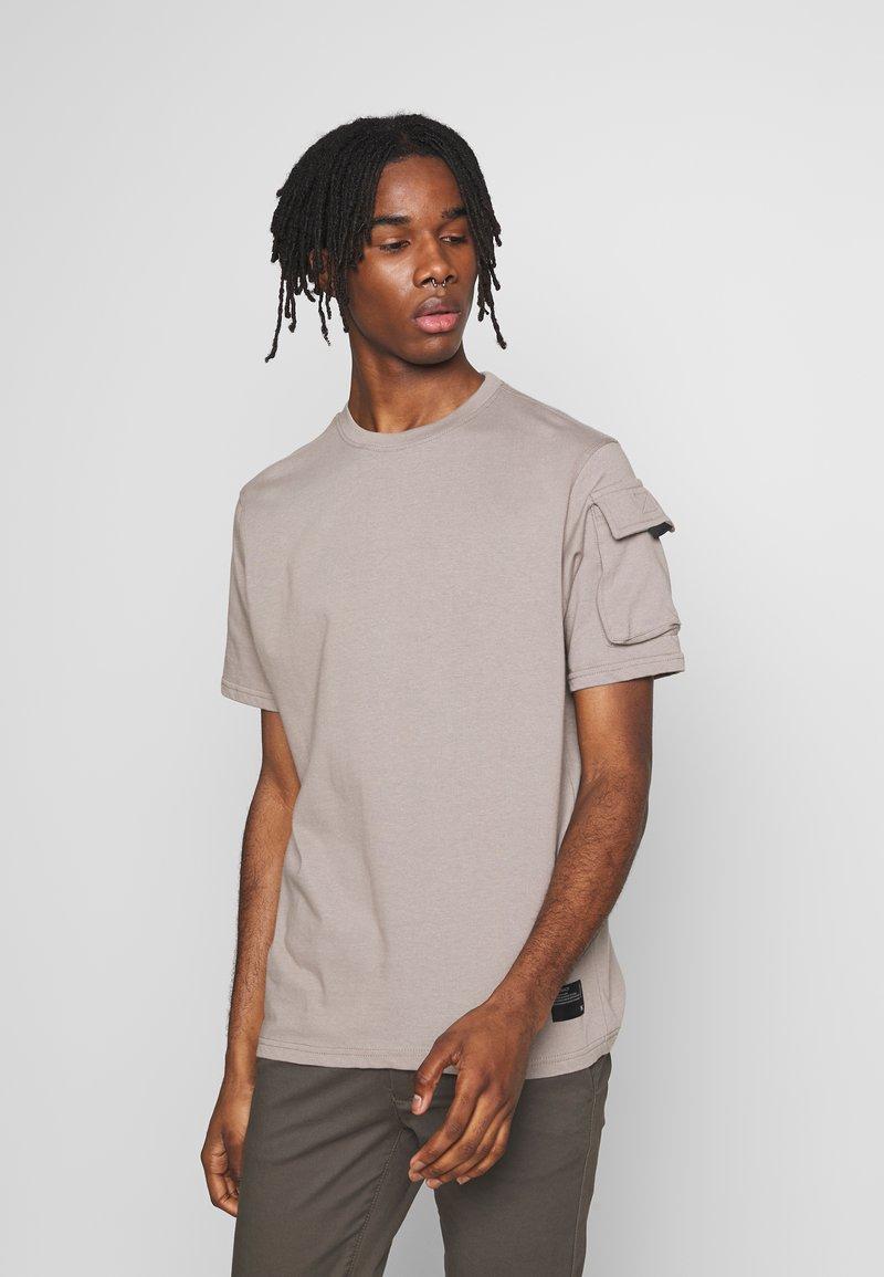 Mennace - UTILITY SLEEVE POCKET - Print T-shirt - beige