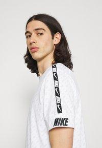 Nike Sportswear - REPEAT TEE - Print T-shirt - white/black - 3