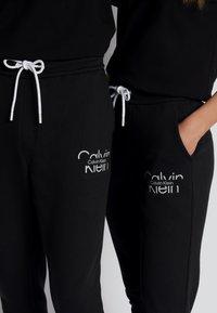 Calvin Klein - REFLECTIVE LOGO UNISEX - Verryttelyhousut - black - 3