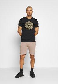Glorious Gangsta - DAPOLI - T-shirt z nadrukiem - black - 1