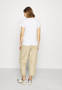 Levi's® - THE PERFECT TEE - Camiseta estampada - white - 2