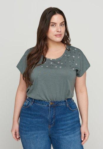 Print T-shirt - balsam green stars