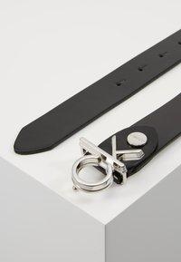 Calvin Klein - LOW BUCKLE BELT - Gürtel - black - 2