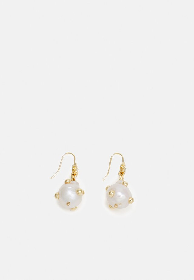 STUDDED BAROQUE DROP EARRING - Pendientes - gold-coloured