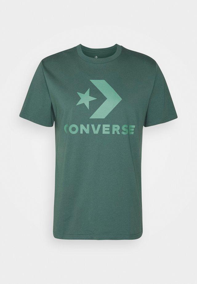 STAR CHEVRON TEE - Print T-shirt - forest pine