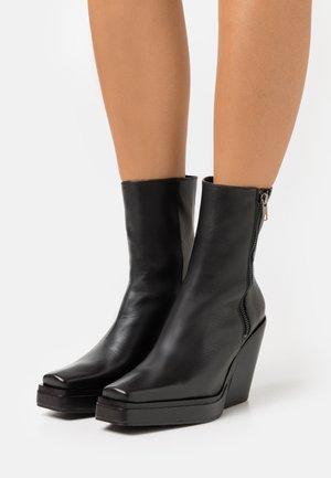 HYDEE - Kotníkové boty na platformě - black