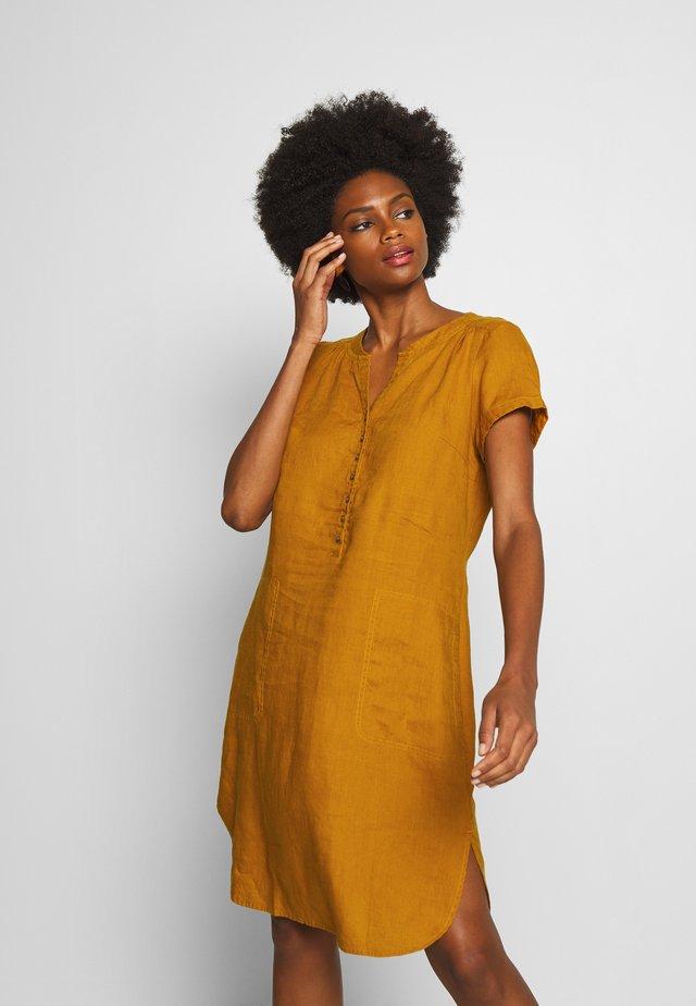 AMINAS - Robe chemise - buckhorn brown