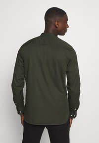 Calvin Klein - STAND COLLAR LIQUID TOUCH - Shirt - green - 2