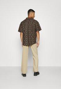 Mennace - PEACOCK PATTERN REVERE SHIRT - Shirt - dark green - 2