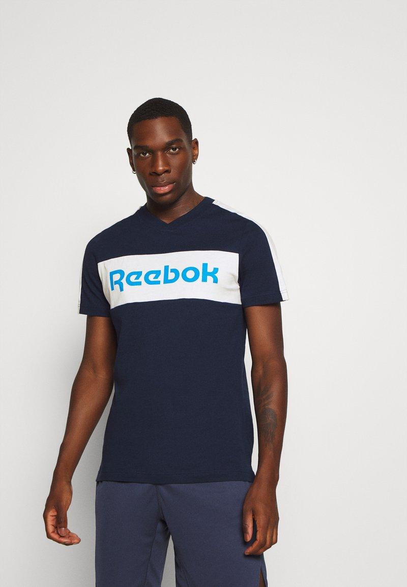 Reebok - GRAPHIC TEE - Triko spotiskem - dark blue