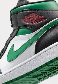 Jordan - AIR 1 MID - Korkeavartiset tennarit - black/pine green/white/gym red - 5