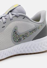 Nike Performance - REVOLUTION 5 PRM - Obuwie do biegania treningowe - wolf grey/photon dust/iron grey/white/light brown/high voltage - 5
