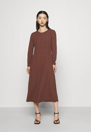 IHKEREN - Gebreide jurk - marron