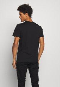 Versace Jeans Couture - COLOUR EMROIDERED LOGO - T-shirt imprimé - black - 2