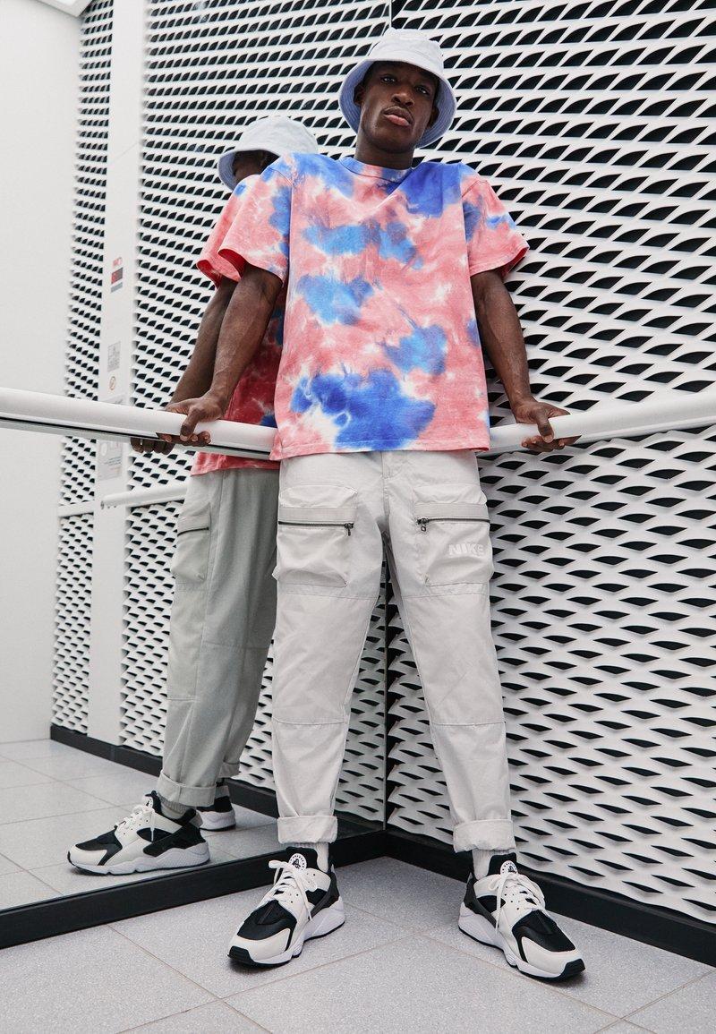 Nike Sportswear - AIR HUARACHE UNISEX - Baskets basses - black/white