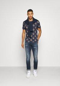 Jack & Jones PREMIUM - JPRRYDER TEE  - Print T-shirt - ombre blue - 1