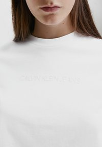 Calvin Klein Jeans - SHRUNKEN INST  - Long sleeved top - bright white - 3