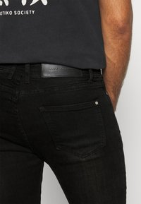 Good For Nothing - DARK RIPPED WITH PAINT - Jeansy Skinny Fit - black - 5