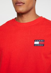 Tommy Jeans - BADGE TEE - Basic T-shirt - red - 5