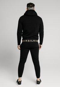 SIKSILK - ELASTIC JACQUARD OVERHEAD HOODIE - Jersey con capucha - black - 2