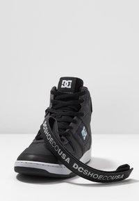 DC Shoes - PENSFORD SE - Skatesko - black/grey/red - 5